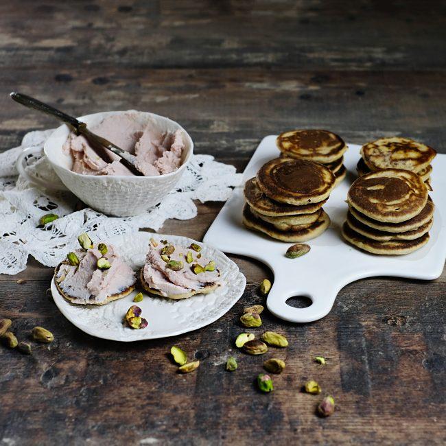 Blinis con mousse di mortadella e pistacchio