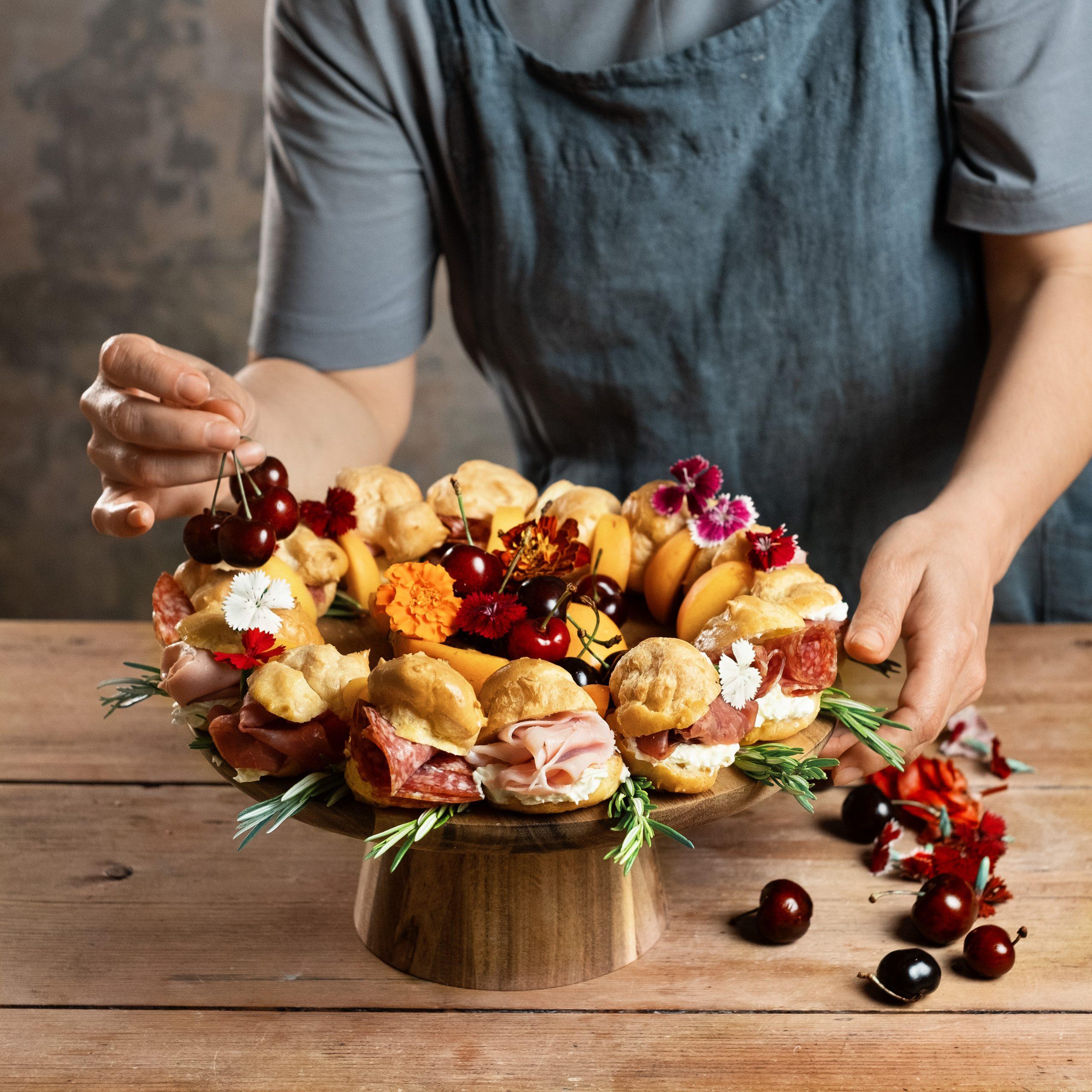 Corona di profiteroles salati con salumi e frutta